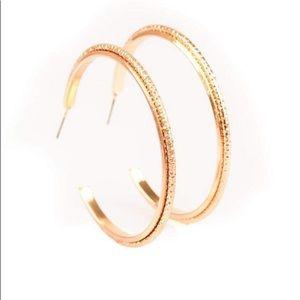 Gold hoop erring